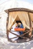 在咖啡馆的逗人喜爱的已婚夫妇 纯柔软 免版税库存照片