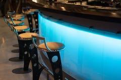在咖啡馆的酒吧柜台 免版税库存照片