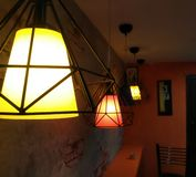 在咖啡馆的金黄灯罩 库存照片