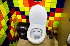 在咖啡馆的洗手间小卧室 免版税库存图片