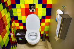 在咖啡馆的洗手间小卧室 库存照片