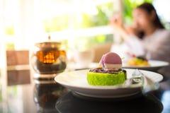 在咖啡馆的绿茶蛋糕 免版税库存图片