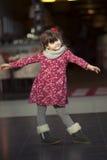 在咖啡馆附近的女孩跳舞,在购物中心的家庭购物 库存照片