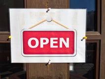 在咖啡馆餐馆商店前面的开放标志 免版税图库摄影