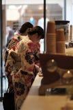 在咖啡馆,京都,日本的和服 免版税库存照片