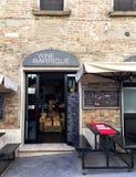 """在咖啡馆""""酒barrique""""的入口在中世纪村庄Montepulc 库存照片"""