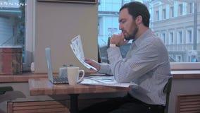 在咖啡馆读书的商人与兴趣合同文件 影视素材
