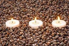 在咖啡,温泉治疗集合的蜡烛 免版税库存图片