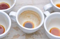在咖啡以后的肮脏的杯子 免版税库存照片