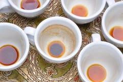 在咖啡以后的肮脏的杯子 库存照片