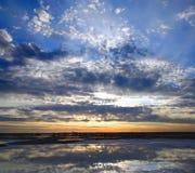 在咸日出的湖 库存图片