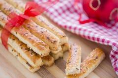 在咸棍子上添面包用芝麻和亚麻籽 免版税库存照片