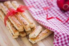 在咸棍子上添面包用芝麻和亚麻籽 库存照片