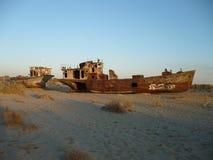 在咸海的底部的生锈的船 免版税库存照片