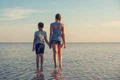 在咸湖的秀丽日落 库存图片
