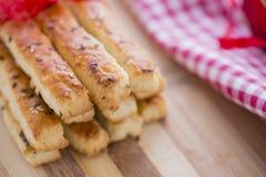 在咸Grissini棍子上添面包用芝麻和亚麻籽 免版税库存图片