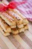 在咸Grissini棍子上添面包用芝麻和亚麻籽 免版税图库摄影
