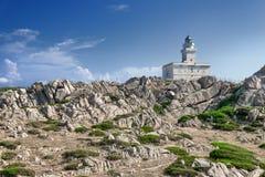 在品柱介壳的灯塔,撒丁岛,意大利 免版税库存照片