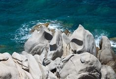 在品柱介壳,撒丁岛,意大利的岩层。地中海海岸。与空间的撒丁岛自然给的文本,石头做广告 库存照片