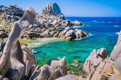 在品柱介壳,撒丁岛,意大利的岩层 地中海海岸自然花岗岩纪念碑 免版税库存照片