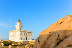 在品柱介壳,撒丁岛,意大利的灯塔 免版税库存照片