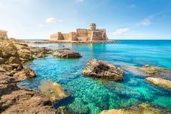在品柱Rizzuto,卡拉布里亚,意大利的Le Castella 免版税库存图片