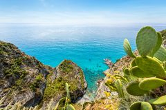 在品柱Vaticano的海岸线在特罗佩亚,卡拉布里亚,意大利附近 库存图片