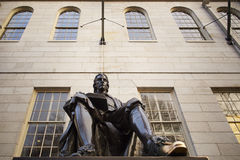 在哈佛大学的约翰・哈佛雕象。 库存照片