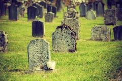 在哈姆雷教会,海岛Osteroy挪威附近的坟园 免版税库存图片