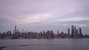 在哈密尔顿公园的天空中在面对曼哈顿中城的新泽西 股票录像