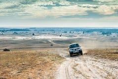 在哈尔科夫沙漠背景的吉普 免版税库存图片