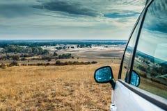 在哈尔科夫沙漠背景的汽车  库存照片