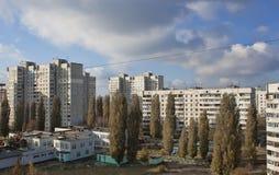 在哈尔科夫苏维埃制造的公寓楼之间的庭院 免版税库存照片