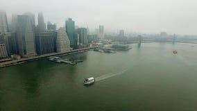 在哈得逊河上的直升机飞行到曼哈顿海岛 股票视频
