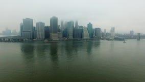 在哈得逊河上的直升机飞行到纽约街道  股票视频