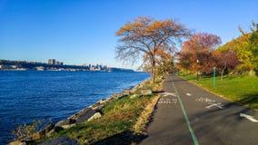 在哈得逊河旁边的散步,向北看往乔治华盛顿大桥,五颜六色的秋天 免版税库存图片
