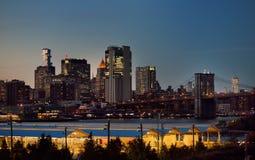 在哈得逊河的令人惊讶的纽约曼哈顿地平线全景视图黄昏的 桥梁布鲁克林 库存照片