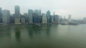 在哈得逊河的直升机飞行从曼哈顿海岛 股票视频