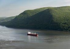 在哈得逊河的红色货船 库存图片