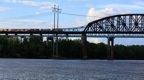 在哈得逊河的铁路和汽车桥梁Schodack国家公园的 通过通过的货车 库存图片