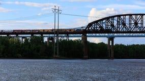 在哈得逊河的铁路和汽车桥梁Schodack国家公园的 免版税库存图片