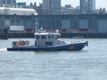 在哈得逊河的NYPD 免版税库存图片