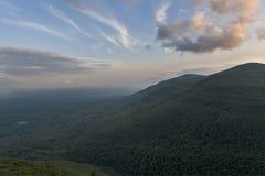 在哈得逊河谷的剧烈的日落与卡兹奇山 库存照片