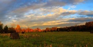 在哈德森谷的领域的秋天在黄昏的在雨天 图库摄影