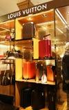 在哈洛德百货公司百货店里面的路易・威登商店在伦敦市英国 免版税库存图片