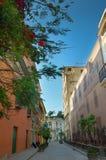 在哈瓦那丝毫五颜六色的大厦的街道 免版税图库摄影