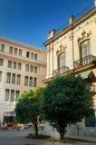 在哈瓦那丝毫五颜六色的大厦的街道 库存图片