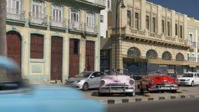 在哈瓦那古巴街道上的经典葡萄酒汽车  股票录像