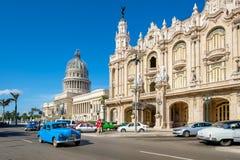 在哈瓦那和国会大厦旁边巨大剧院的老汽车  免版税库存照片