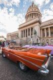 在哈瓦那国会大厦大厦前面的汽车 库存图片